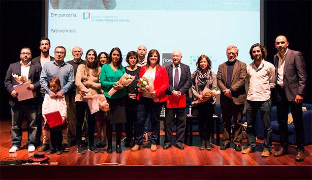 Os vencedores do Prémio AMI – Jornalismo Contra a Indiferença com o júri.