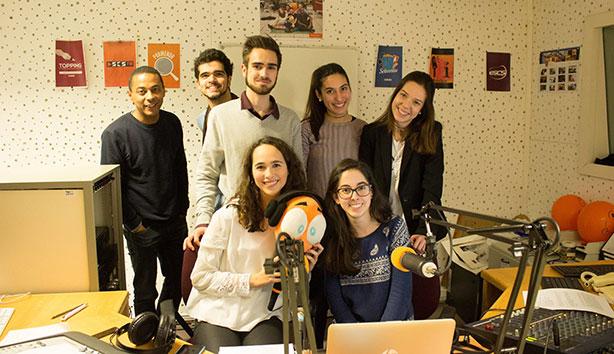 Parte da equipa da ESCS FM com o convidado Óscar Daniel, da Rádio Renascença.