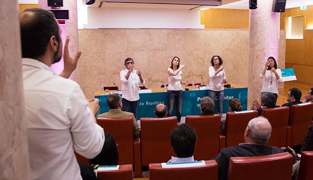 O projeto Mãos que Cantam trata-se de um coro composto por pessoas surdas.