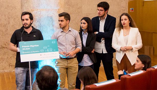 Tomás Albino Gomes, Ruben Tiago Pereira, Rita Fernandes, João Francisco Gomes e Ana Luísa Alves receberam o Prémio Dignitas Jornalismo Universitário.