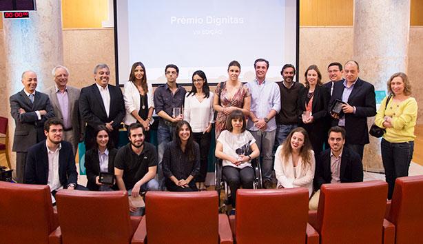 Os vencedores do Prémio Dignitas com os representantes das entidades parceiras da iniciativa.